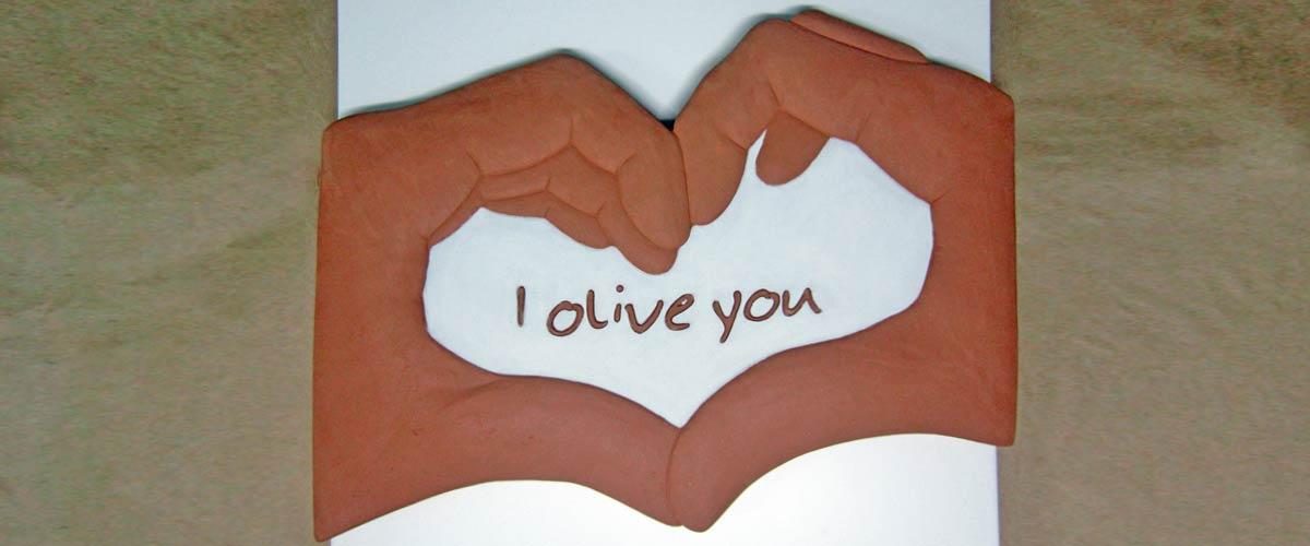 cuore-in-mano-bassorilievo-personalizzato-in-terracotta-dipinto-a-freddo